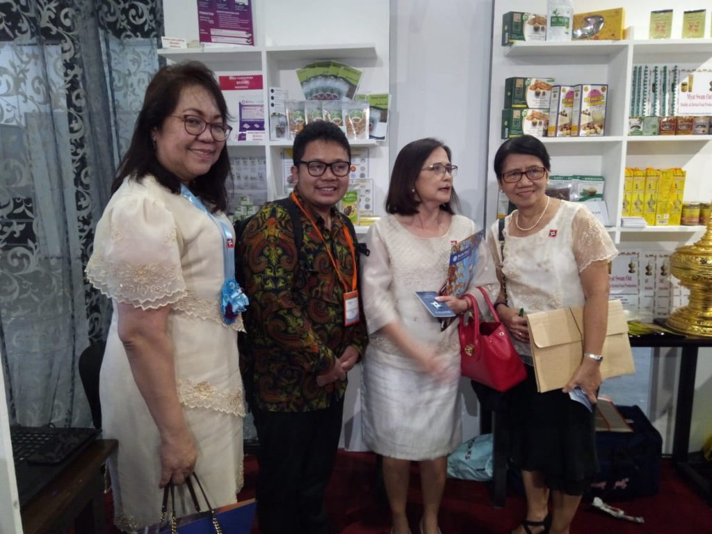 Anju with ladies that visited his booth (Belimbing island skincare product)